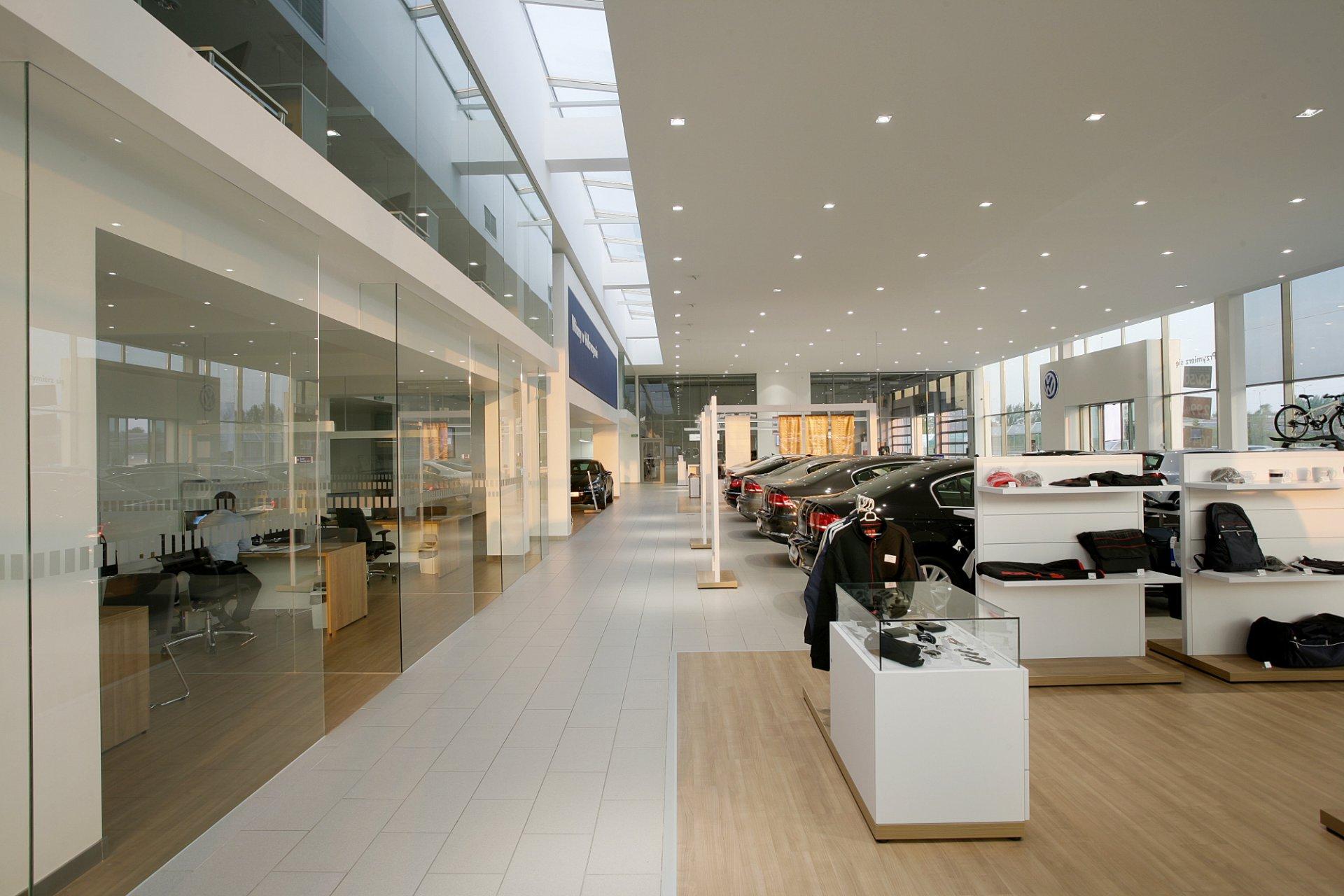 """Wnętrza salonu samochodowego """"Volkswagen"""" w Świętochłowicach  Wiewióra&Golczyk Architekci"""