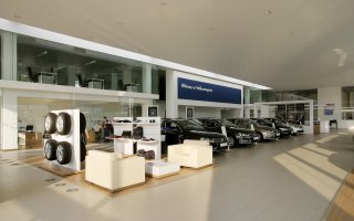 """Wnętrza salonu samochodowego """"Volkswagen"""" w Świętochłowicach"""
